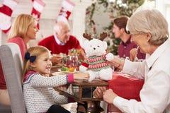 Enkelin mit der Großmutter, die Weihnachtsmahlzeit genießt Stockbild