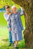 Enkelin und Großmutter, die in einem Park aufwerfen Stockbild