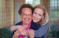 Enkelkind besucht Großmutter Stockbild