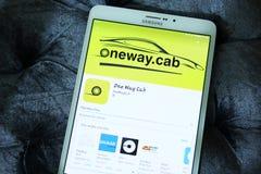 Enkelriktat taxitaxi som bokar app royaltyfri foto