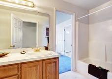 Enkelt badrum med den fulla badduschen Royaltyfri Fotografi