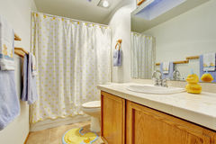 Enkelt badrum med den fulla badduschen Arkivbilder