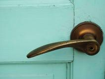 Enkelt dörrhandtag på grön dörr royaltyfri bild
