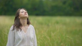 Enkelt enhet för påkläddkvinnakänsla med naturanseende i vetefältet, händer lager videofilmer