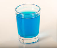 Enkelt exponeringsglas av blått dricker kamikazen, tjockt exponeringsglas, closeupen, blått Fotografering för Bildbyråer