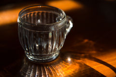 Enkelt exponeringsglas på trätabellen arkivbild