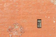 Enkelt fönster på fasad Arkivfoto