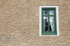 Enkelt fönster på fasad Arkivbild