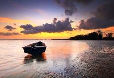 Enkelt fartyg med lugna himmel under solenoid för soluppgång-/solnedgångmantionsuddighet Royaltyfri Bild