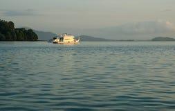 Enkelt fartyg som svävar på ett andamanhav Royaltyfri Fotografi