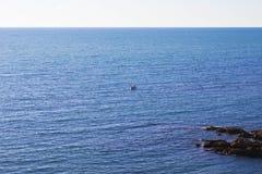 Enkelt fiskarefartyg i havet Frankrike biarritz royaltyfria bilder