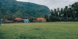 Enkelt fotbollfält, med en naturlig inställning, i byn av Bali Indonesien 3 arkivfoton