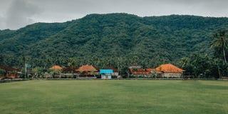 Enkelt fotbollfält, med en naturlig inställning, i byn av Bali Indonesien 2 royaltyfri bild