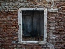 Enkelt gammalt fönster i Venedig, Italien royaltyfri fotografi
