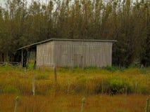 Enkelt hus i by Arkivfoto