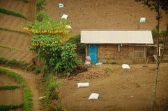 Enkelt hus på odlingsmark Arkivbilder