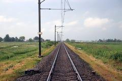Enkelt järnvägspår mellan Alphen den aan hålan Rijn och Bodegraven som är bekant vid lotten av fördröjningen Arkivfoton