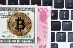 Enkelt mynt för Bitcoin cyber på tangentbordet med blandad pappers- valuta Arkivbilder