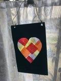 Enkelt och färgrikt hjärtahantverk och en landsgardin Arkivbilder