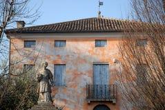 Enkelt och härligt hus, som lokaliseras bredvid kyrkan av Pernumia i landskapet av Padua i Veneto (Italien) Royaltyfri Foto