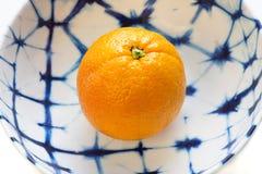 Enkelt orange som väljs precis av trädet som väntar för att ätas royaltyfri fotografi