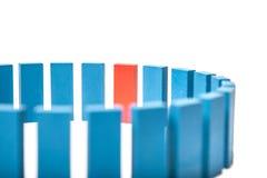 Enkelt rött kvarter inom många blåa Arkivfoto