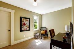 Enkelt rum med skrivbordet och stol Royaltyfria Foton