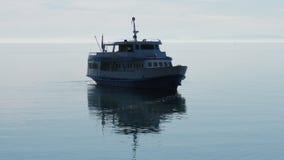 Enkelt seglingskepp i havet Arkivfoto