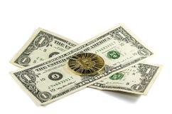 Enkelt skinande guld- Bitcoin mynt med US dollar på den vita backgrouen royaltyfri foto