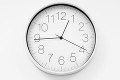 Enkelt skott av minimalist tid för klockavisning12:44 Royaltyfria Bilder