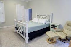 Enkelt sovrum i neutrala färger Arkivbild