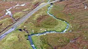 Enkelt spår på fjorden Cuithir och Sgurr en Mhadaidh Ruadh - kulle av den röda räven, ö av Skye, Skottland arkivfilmer