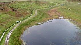 Enkelt spår på fjorden Cuithir och Sgurr en Mhadaidh Ruadh - kulle av den röda räven, ö av Skye, Skottland lager videofilmer