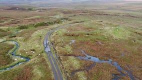 Enkelt spår på fjorden Cuithir och Sgurr en Mhadaidh Ruadh - kulle av den röda räven, ö av Skye, Skottland stock video