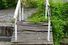 Enkelt stillebenfoto av den gamla brutna bron i trädgården arkivbilder