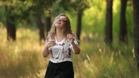 Enkelt ungt nätt plus Caucasian lycklig le skratta flickakvinna för format i den vita T-tröja som dansar i sommargräsplan arkivfilmer