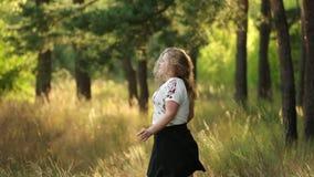 Enkelt ungt nätt plus Caucasian lycklig le skratta flickakvinna för format i den vita T-tröja som dansar i sommargräsplan stock video