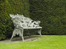 Enkelt utsmyckat järn som göras plats eller bänk i trädgård arkivbild