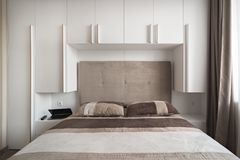 Enkelt vitt sovrum Fotografering för Bildbyråer