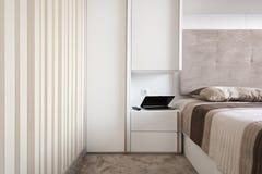 Enkelt vitt sovrum Arkivbild