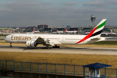 A6--ENKemirater Boeing 777-31H Royaltyfria Bilder