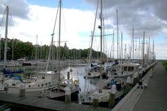 Enkhuizen, историческая Марина заполненная с парусными суднами Стоковые Фото