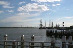 Enkhuizen, историческая Марина заполненная с парусными суднами Стоковое Изображение RF