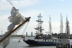 Enkhuizen, историческая Марина заполненная с парусными суднами Стоковые Изображения