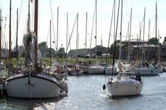 Enkhuizen, историческая Марина заполненная с парусными суднами Стоковое Изображение