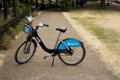 Enkla Barclays cyklar i en parkera Arkivfoton