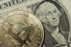 Enkla Bitcoin som visar yttersidadetaljen av coinagen Royaltyfria Bilder