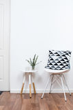 Enkla dekorobjekt, minimalist vit inre royaltyfri foto