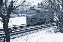 Enkla flyttningar för diesel- lokomotiv över järnvägen arkivbilder