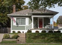 Enkla Gray House Uphill Arkivfoto